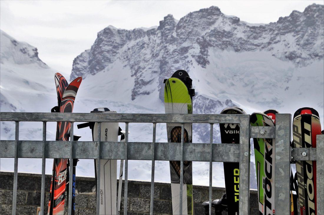 Como cargar los esquís en el coche