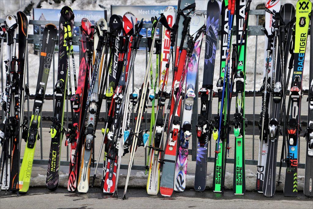 ¿Como cargar los esquís en el coche?