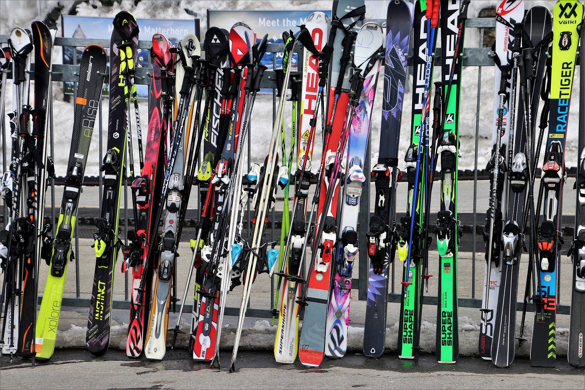 Equipación técnica para hacer esquí y snowboard: cómo elegir esquís, botas, bastones, tabla y fijaciones